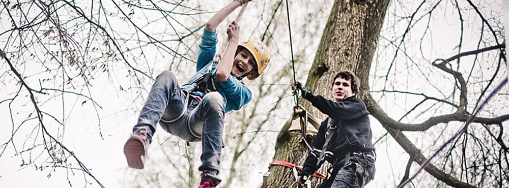 wspaniałe uczucie, adrenalina i niesamowita radość towarzyszy wszytskim uczestnikom zabawy na tyrolce. To zjazd linowy rozpoczynający się zazwyczaj z drzewa. Wystarczy spojrzeć na uśmiech dzieciaków i emocje jakie im towarzyszą podczas zjazdu na linie zwanej tyrolką